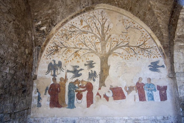 Un murale scoperto in Toscana raffigurante un albero di peni. Foto via Wikimedia Commons