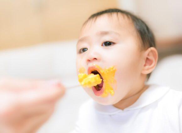 子供が食事をしている様子