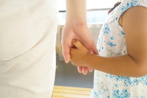 手を繋いでいる親子