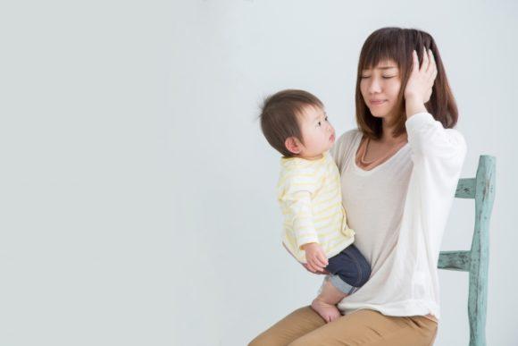 子育てに頭を抱える母親