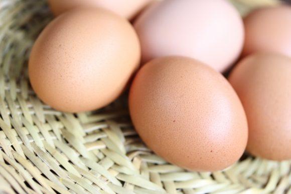かごにのった生卵