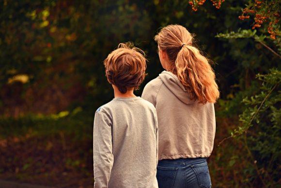 母親と一緒に歩く子供
