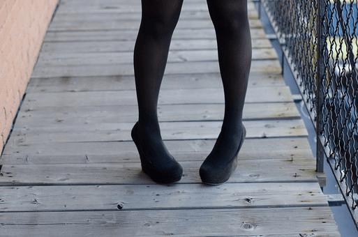黒タイツを履いた足