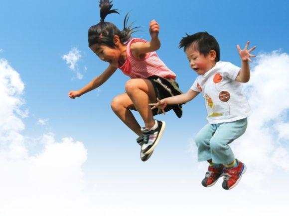 空飛ぶ少年少女