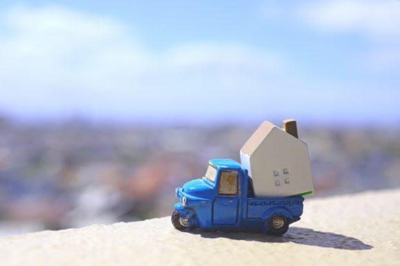 車と家のおもちゃ