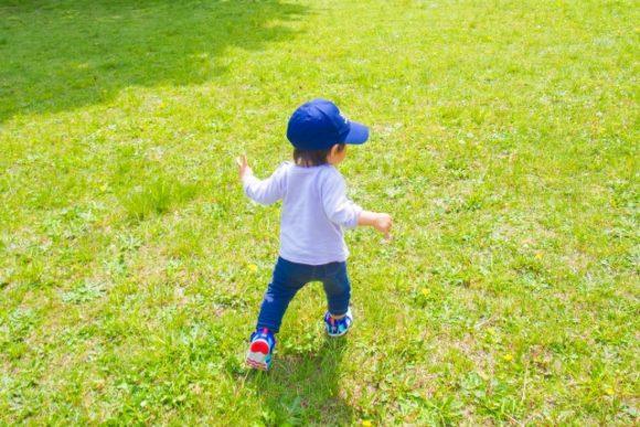 緑の芝生を走る男の子