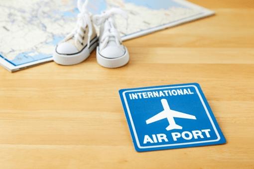 空港マークとスニーカーと地図