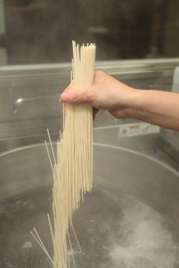 温度や湿気によって、ゆで時間も異なる。美味しさは熟練した料理人の手によって作られる。