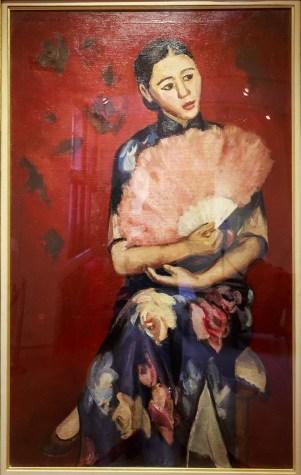 「持扇夫人像」(1934年)。「脚を組む」ことが一般的ではなかった当時、現代女性を象徴したポージングとして話題になった。