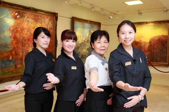 美術館とカフェのスタッフ。希望すれば、日本人または日本語に堪能な館員が作品の紹介もしてくれる。