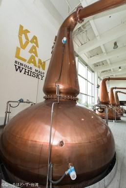 蒸留器は全てスコットランドから輸入。開発当時は、世界的に著名なウイスキー専門家のJames Swanの指導を受けた。