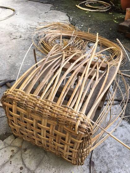 日々大学で作り続ける原住民工芸の編みカゴ。