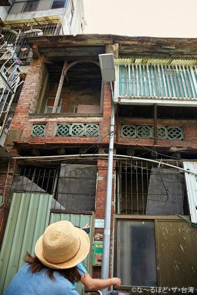 かつて福建省から輸入した木材が使われているという伝統的な建築物。路地裏の出合いは意外の連続だ。