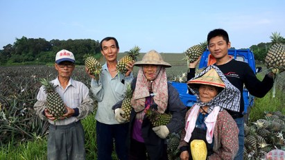4.収穫を終え、笑顔があふれる農家の方たち。