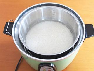 お米を仕掛け、この状態で外釜に水を入れて蓋をする