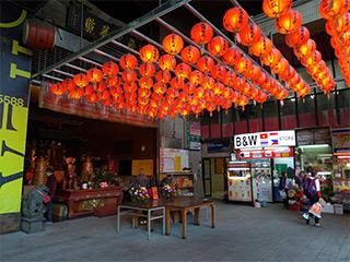 第一市場時代から祭られる廟の側の間口半畳ほどの店にバロットはある