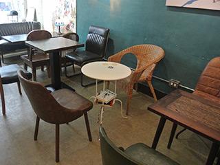 デザインが異なるテーブルや椅子