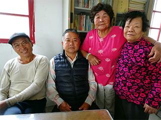 協天府総務の翁新さん(左端)
