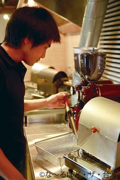 通常よりかなり小ぶりな焙煎機で、一人一人ごとの焙煎が可能に。