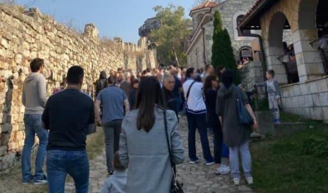 KOLONE LJUDI NA KALEMEGDANU! Vernici od jutros čekaju da uđu u crkvu Svete Petke i zapale sveću velikoj svetiteljki (FOTO/VIDEO) 1
