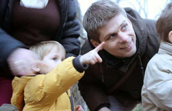 NEOBIČNO: Deca sa Kosova humanitarcu Gujonu poklonila smedrevac 3
