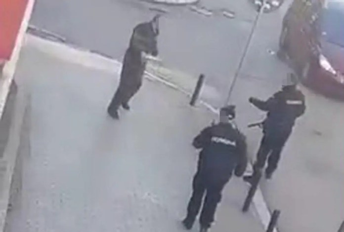 HOROR U KRAGUJEVCU: Jurio prodavačicu nožem pa sebi prerezao vrat 1