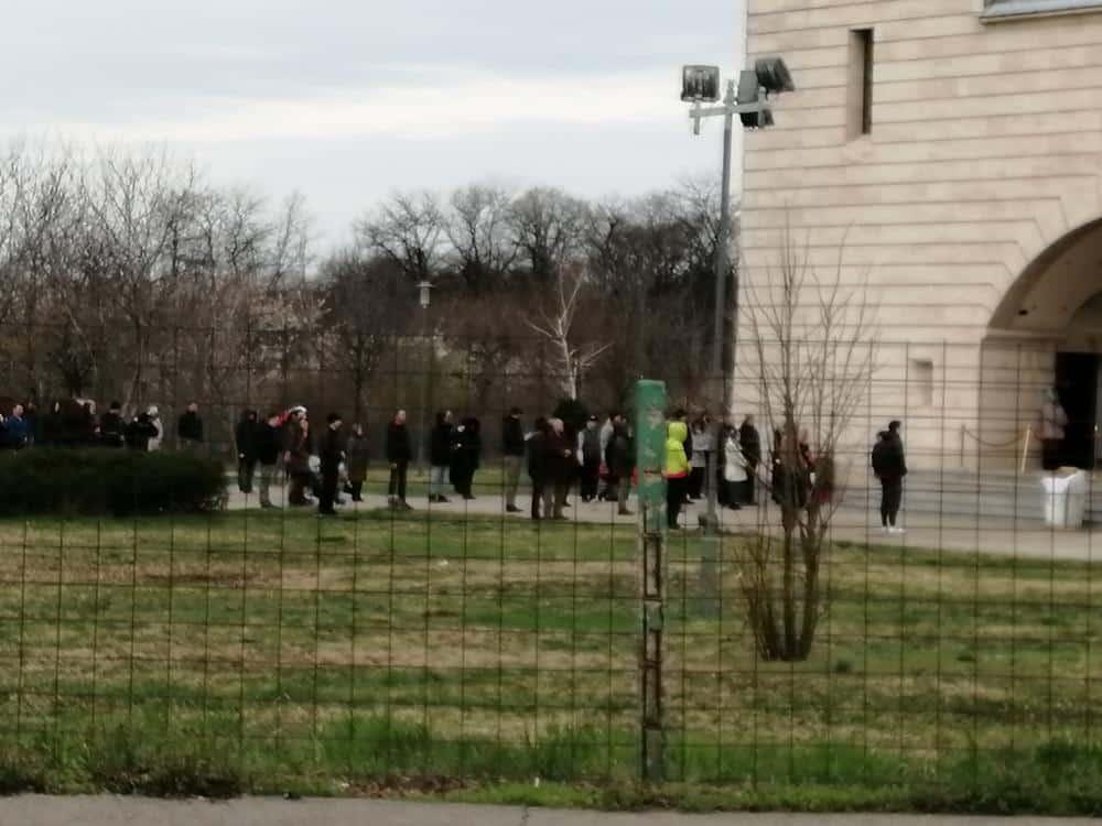 VERNIKE NE PLAŠI NI KORONA: Redovi ispred crkava u Beogradu 1