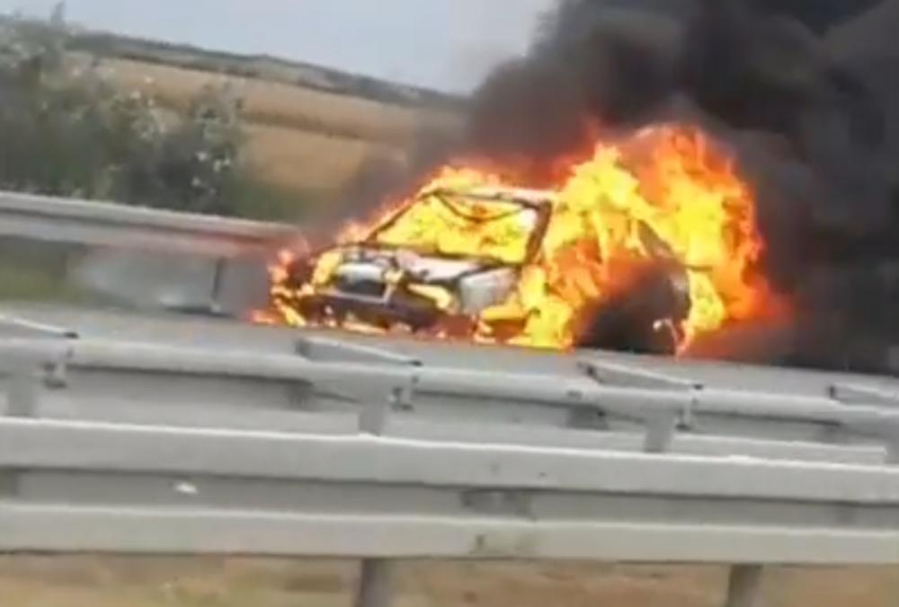 VOZILO GORI NA AUTO-PUTU! Vozač snimio zastrašujuću scenu kod naplatne rampe! (VIDEO) 1
