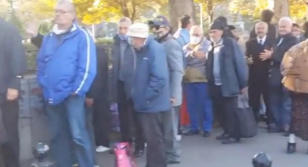 VUČIĆEVO ZLATNO DOBA: Narod se u sred Beograda POTUKAO OKO HRANE (VIDEO) 1