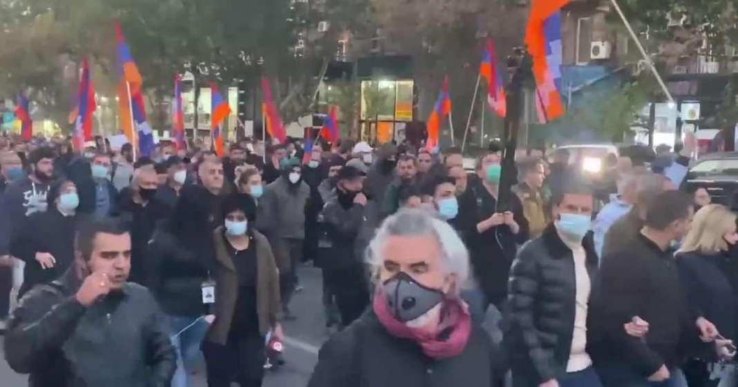 """(VIDEO) """"MOLIMO VAS, UMEŠAJTE SE!"""" Jermeni zovu Rusiju sa ulica Jerevana! 1"""