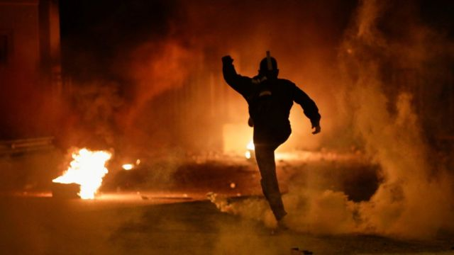 GRČKA SE BUNI: Okršaj naroda sa policijom, kokteli, zapaljeni kontejneri 1