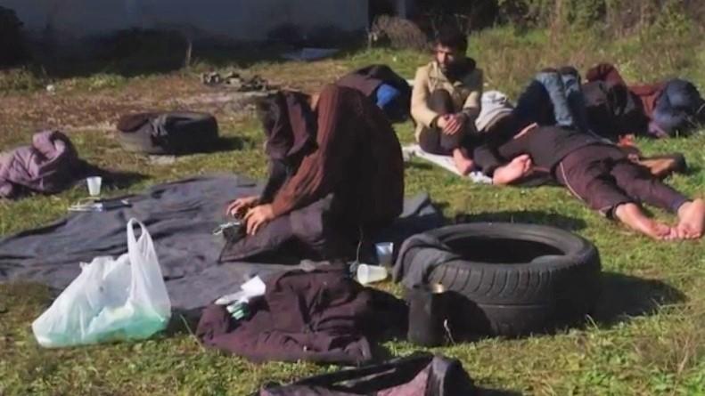 OVO DO SAD NISMO VIDELI: Pijani Migrant sam sebe izbo nožem! MORBIDNA SCENA U NASELJU OTOCI! 1