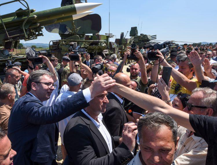 NISI DOBRODOŠAO: Kobre oduzimale papire devojkama koje su se digle protiv Vučića! 1