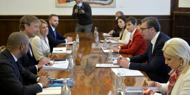 NE ZANIMA IH NAROD: Aleksandar Vučić sa svojim saradnicima rasprodaje Srbiju 1