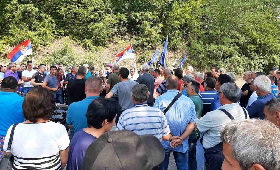 PIJU NAM KRV, DOSTA JE: Radnici blokirali put, najavili i štrajk! 1
