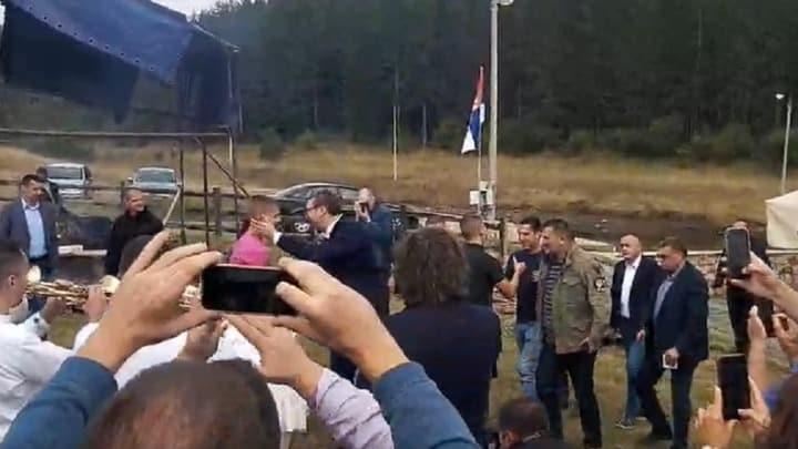 SRBI U DELIRIJUMU: Marš na Drinu, telefoni, vo na ražnju, ljudi u transu... I to sve zbog Picouste dinastije Vučić! 1