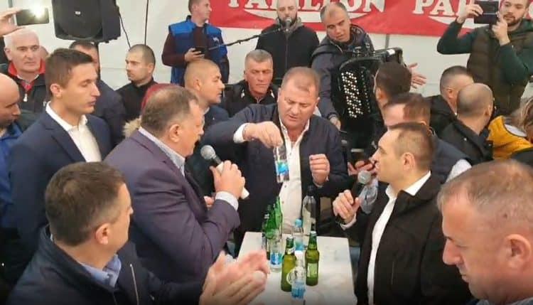 LUTKE OD KRVI BEZ TRUNKE IDEJE: Vulin i Dodik prodali dupe strancima pa pevaju patriotske pesme pod šatorom! 1