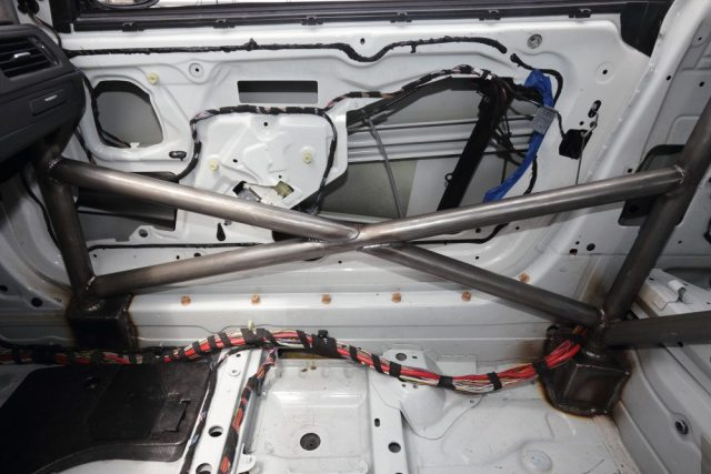 The passenger side of the roll cage is a simple X brace, tied into the front and main hoops and the rocker panel.