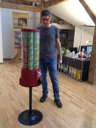 Oliver am Pringles-Automaten im Büro Oranienburger Straße, Berlin, 2015