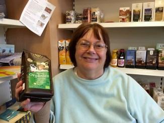 Karin Numrich präsentiert fairen Kaffee