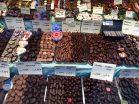 Auslage eines Bonbon-Geschäfts: Schokolierte Früchte.