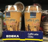 Ist das nicht eine gute Idee: EDEKEs Eigenmarke bringt den Café Latte gleich mit einem Cockie oben drauf ins Kühlregal. Das passt einfach zusammen und bildet eine schöne und schön verpackte Einheit!