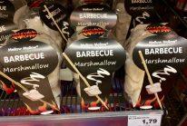 Hier ist das einzige Spielzeug der Holzstab, an dem man die marshmallows aufreihen und dann (über dem Toaster?) rösten kann. Recht teuer...