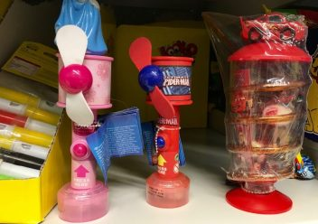 So traurig stehen so ein paar Spielzeug-Süßigkeiten im Regal (in diesem Fall bei Kaufland) rum und werden grau und staubig.