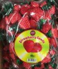 Erdbeer-Bonbons in rotem Erdbeer-Papier