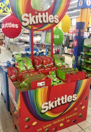 Skittles (Wrighleys/Mars) sieht man in unseren breiten selten so prominent ausgestellt. Umso besser gefällt mir dieser Aufsteller in Regenbogenfarben.