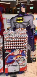 Überraschungseier mit Superhelden - die Figur am Aufsteller hat Leuchtdioden als Augen!
