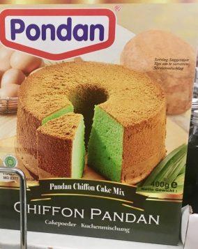 Der Chiffon Pandan ist ein klassischer asiatischer Kuchen - im wesentlichen ein Biskuitkuchen (Sponge Cake). Durch die Zugabe von Pandan-Blättern erhält er einen vanillig-nussigen Geschmack und hat eine grüne Farbe. Die Backmischung fand ich in einem Berliner Asiamarkt.