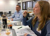 Teilnehmerin Fiona Hofmann kostet einen Apfelsaft.