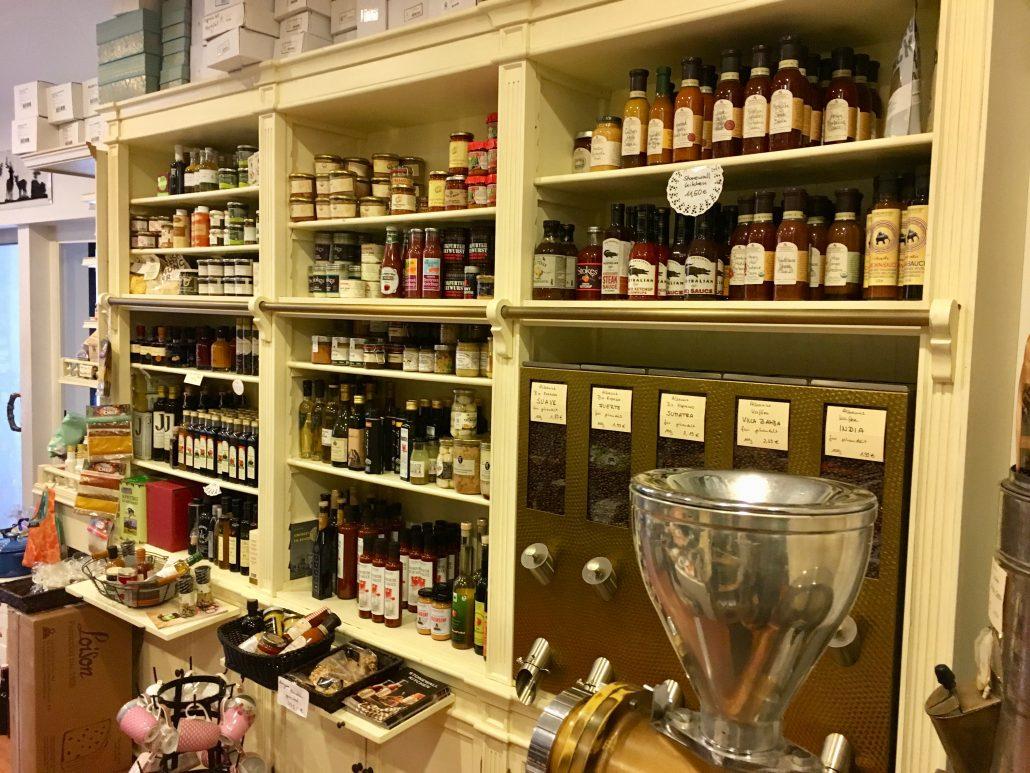 Weinkostladen Fertsch AntikesSchauregal